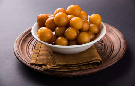 Gulab jamun, 또는 gulaab jamun은 우유 - 고체 기반 달콤한 mithai입니다