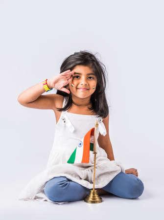 caras pintadas: bandera india y niña india linda, chica Indian 4 años con bandera india o tricolor, bandera de la india y chica, niña de la celebración bandera india, día de la independencia india, día de la república indio, aislado en blanco