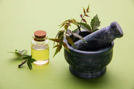 Ayurvedische Kruiden Neem met olie in de fles met mortel Stockfoto