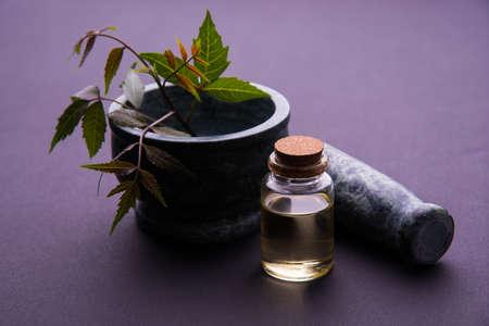 Ayurveda-Kräuter Neem mit Öl in der Flasche mit Mörser Standard-Bild
