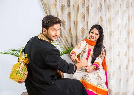 인도 축제 - Rakshabandhan 또는 Raksha Bandhan 또는 Rakhi Festival은 Narali Purnima라고도하며, 사람들은 전통적인 Rakhi Thread를 동생의 손목에 묶거나 셀카 사진을 찍거나 선물을 들고 있습니다. 스톡 콘텐츠 - 80400121