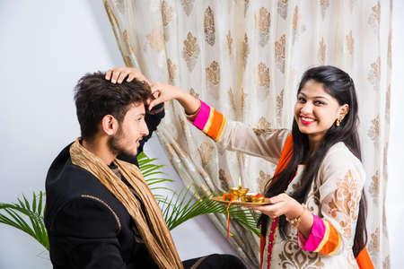 인도 축제 - Rakshabandhan 또는 Raksha Bandhan 또는 Rakhi Festival은 Narali Purnima라고도하며, 사람들은 전통적인 Rakhi Thread를 동생의 손목에 묶거나 셀카 사진을 찍
