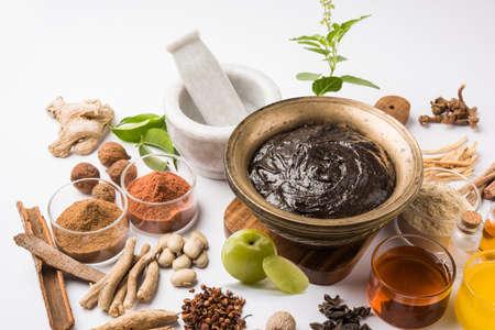 インドのアーユルヴェーダ栄養補助食品呼ばれる Chyawanprashchyavanaprasha は砂糖、蜂蜜、ギー、インドグースベリー (amla)、ジャム、ゴマ油、果実、ハ