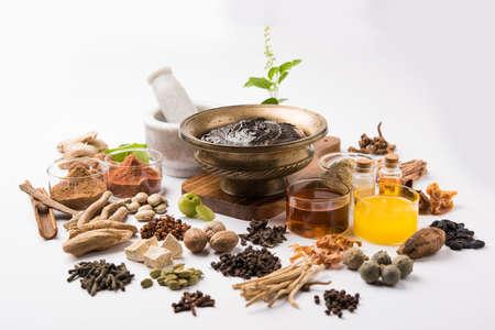 インドのアーユルヴェーダ栄養補助食品呼ばれる Chyawanprash/chyavanaprasha は砂糖、蜂蜜、ギー、インドグースベリー (amla)、ジャム、ゴマ油、果実、ハーブや様々 なスパイスの調理された混合物 写真素材 - 80583358