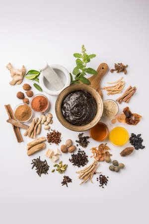 インドのアーユルヴェーダ栄養補助食品呼ばれる Chyawanprash/chyavanaprasha は砂糖、蜂蜜、ギー、インドグースベリー (amla)、ジャム、ゴマ油、果実、ハーブや様々 なスパイスの調理された混合物 写真素材 - 80583359