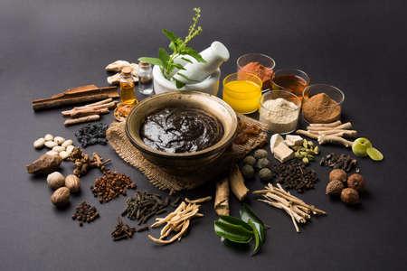어두운 회색 배경에 Chyawanprash  chyavanaprasha라는 인도 아유르베 다 영양 보조 식품의 닫습니다
