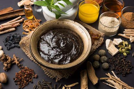 Nahaufnahme von einem indischen ayurvedischen Nahrungsergänzungsmittel namens Chyawanprash / chyavanaprasha auf dunkelgrauem Hintergrund Standard-Bild - 80628135