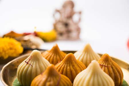 Modak은 인도의 많은 지역에서 인기있는 인도 달콤한 단팥빵입니다. 마라 티어와 콘 카니에서는 모락 (modak), 구자라트 언어, 말라 얄람의 코자 캇