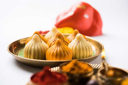 Un modak es un bollo de masa hervida indio popular en muchas partes de la India. Se llama modak en Marathi y Konkani así como la lengua de Gujarati, Kozhakkatta en Malayalam, modhaka o kadubu en Kannada