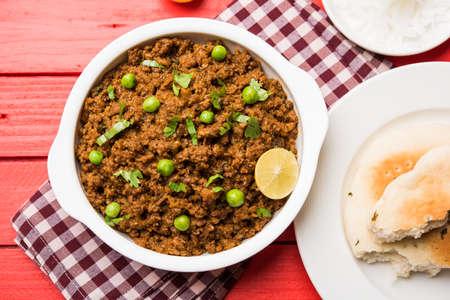 인도 Masala Kheema Pav 또는 khima 또는 Dry Spicy Minced Meat는 보통 완두콩으로 장식 한 인도의 평지 빵 kulcha  roti  chapati와 함께 제공됩니다. 선택적 초점