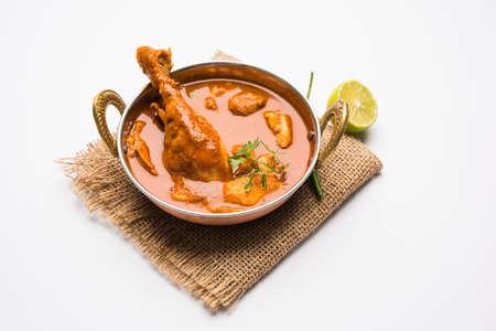 Poulet au poulet épicé Indien ou au poulet masala avec pièce de jambe en avant, recette populaire de l'Inde, orientation sélective