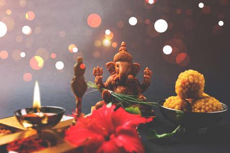 Happy Ganesh Chaturthi wenskaart met foto van lord ganesha idool, pooja of puja thali, bundi laddu / modak, durva en hibiscus of jasvand bloem Stockfoto - 84550419