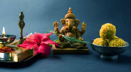 행복 한 Ganesh Chaturthi 인사말 카드 주 님 코끼리 우상, 푸 야 또는 puja thali, bundi laddu / modak, durva 및 히 비 스커 스 또는 jasvand 꽃의 사진을 보여주는 스톡 콘텐츠 - 84782126