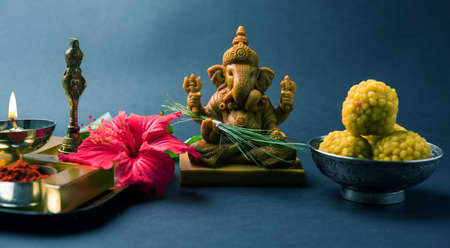 Happy Ganesh Chaturthi wenskaart met foto van lord ganesha idool, pooja of puja thali, bundi laddu / modak, durva en hibiscus of jasvand bloem Stockfoto - 84782126