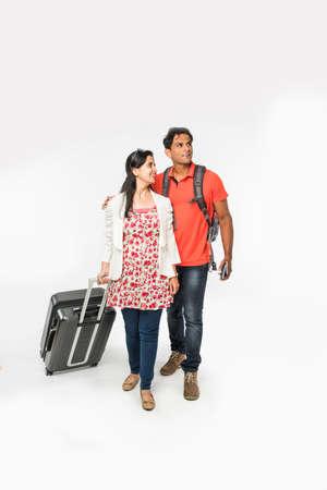 Zdjęcie inteligentnego podróżnika z Azji lub Indii z walizką i torbą na wędrówki samodzielnie na białym tle, za granicą lub w kraju, idealny strzał na wycieczki i podróże firmy