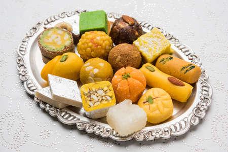 인도 과자의 재고 사진 실버 또는 나무 접시에 재직했습니다. 다양한 Peda, burfi, 장식 플레이트에 laddu, 선택적 포커스