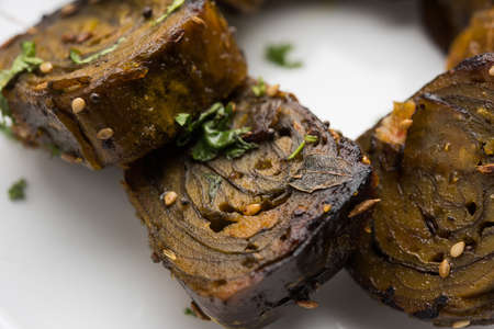 tamarindo: Patra or Paatra or Alu Vadi is a popular maharashtrian and Gujrati snack recipe made using colocasia leaves, rice flour and flavourings spices, tamarind, and jaggery, selective focus