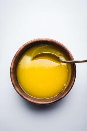 버터 기름 또는 명확한 버터 나무 사 발 및 실버 스푼, 선택적 포커스에 가까이 스톡 콘텐츠