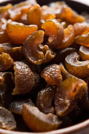 Ayurvedic Amla Candy는 맛이 좋고 소화가 잘되고 말라서 짠맛이 있거나 찹쌀입니다. 나무로되는 사발, 선택적 초점에서 봉사하는 스톡 콘텐츠