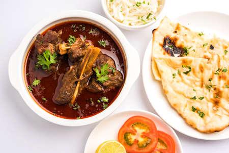 양고기 Masala 또는 Masala Gosht 또는 일부 조미료와 인도 양고기 rogan 조쉬, Naan 또는 Roti, 선택적 초점 역임