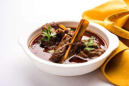 Hammelfleisch Masala oder Masala Gosht oder indischer Lammrogan Josh mit etwas Gewürz, gedient mit Naan oder Roti, selektiver Fokus Standard-Bild - 90522790
