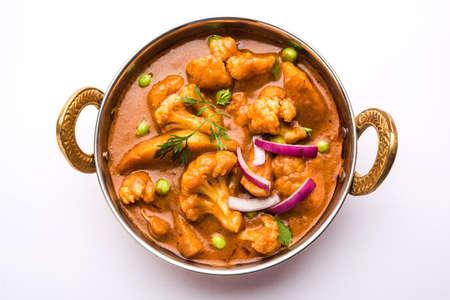 Aloo Gobi matar is een beroemde Indiase kerrieschotel met aardappelen en bloemkool en groene erwten, selectieve aandacht
