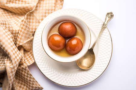 Gulab jamun  gulaab jamun은 축제 또는 결혼식 파티에서 만든 우유 - 고체 기반의 인도 달콤한입니다