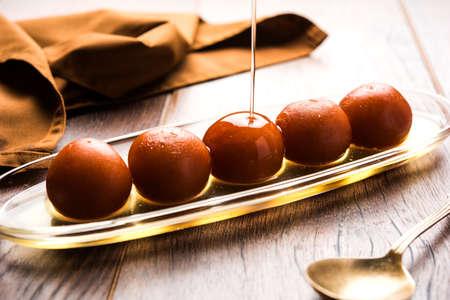 Gulab jamun  gulaab jamun is een op melk-vast materiaal gebaseerd Indiaas snoepje gemaakt in festival of huwelijksfeest