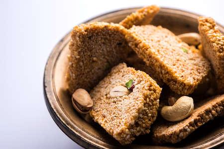 Gajak またはゴマ papdi やパティ ・ グランド ナットとジャガリー、ゴマ種子の乾燥甘いケーキ - 消費されるマカー祭、特に中にインドの冬 1 月 14 日に 写真素材
