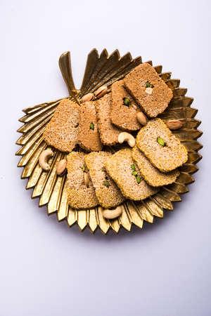 ガジャクまたはティルパプディやパティは乾燥した甘いケーキです - ゴマの種、地面のナッツとジャガーで作られ、特に1月14日のマカールサンクラ 写真素材