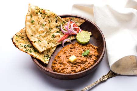Dal makhani ou dal makhni est un aliment populaire du Punjab / Inde fabriqué à partir de lentilles noires entières, de haricots rouges, de beurre et de crème et servi avec du naan à l'ail ou du pain ou du roti indien