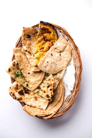 Diverse Indiase broodmand bevat chapati, tandoori roti of naan, paratha, kulcha, fulka, missi roti Stockfoto - 92318229