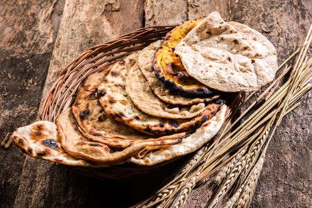모듬 된 인도 빵 바구니는 chapati, tandoori roti 또는 naan, paratha, kulcha, fulka, missi roti를 포함합니다.