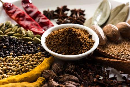 Spezie colorate per Garam Masala. Ingredienti alimentari per garam masala, miscela di spezie indiane con polvere. Messa a fuoco selettiva