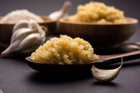 dried granulated garlic powder and garlic paste, selective focus 스톡 콘텐츠