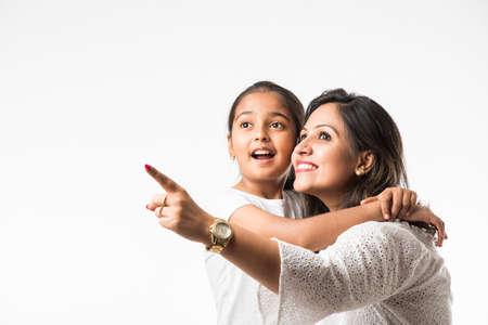 Indische Mutter Tochter auf weißem Hintergrund umarmt, küssen, reiten, fliegen, zeigen, präsentieren auf weißem Hintergrund