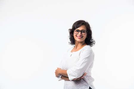 Indisch vrouwen/damesportret van middelbare leeftijd, staand geïsoleerd op witte achtergrond Stockfoto