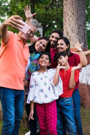 Abuelo indio tomando selfie