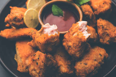 Pakora Chicken pakoda或油炸鸡是一种受欢迎的印度小吃,无骨的鸡肉块被腌制,然后涂上豆粉,米粉,玉米粉和鸡蛋的混合物