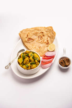 Dry potato vegetable recipe with Indian Triangle flatbread. Aloo sabji with tikona paratha or parantha. Indian food Banque d'images