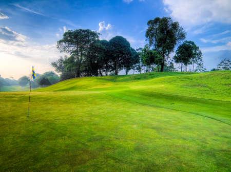 ondulation: Terrain de golf dans le Morning