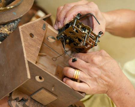 reloj cucu: Instalar el mecanismo principal de reloj cucú