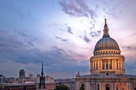 St Paul の大聖堂とロンドンのスカイラインで夜の空 写真素材