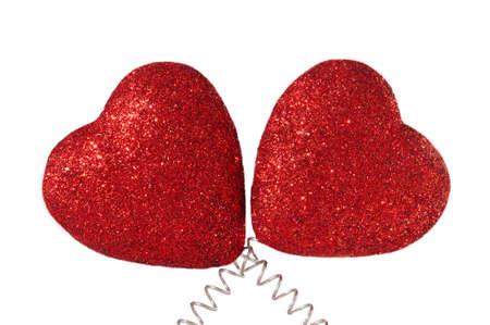 red glittery: Due cuori brillantini rossi isolato su backgroud bianco