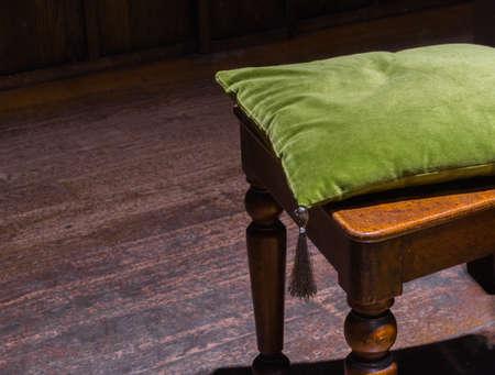 arredamento classico: Morbido velluto cuscino verde sulla vecchia sedia di legno con pavimento in legno Piano