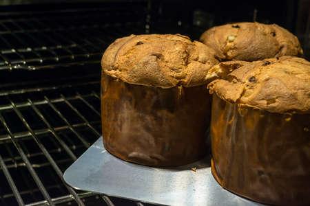 オーブンから出てくるおいしいパネットーネの 3 パン 写真素材