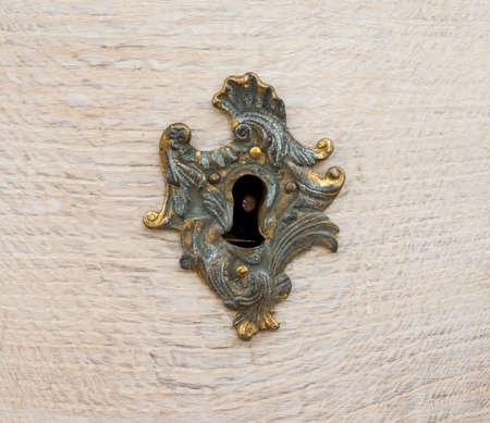 木材の華やかなゴールドのロック