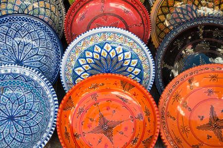 ディスプレイ上のカラフルなチュニジアのプレート 写真素材