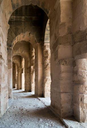 로마 원형 극장 내부의 아치 밑의 통로
