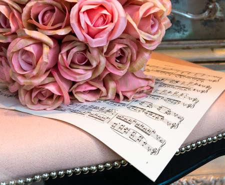 音楽のシート上の絹のバラの花束 写真素材